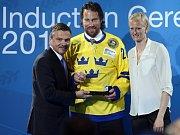 Švédský útočník Peter Forsberg (uprostřed) byl uveden do Síně slávy Mezinárodní hokejové federace (IIHF). Ocenění mu předal prezident IIHF René Fasel (vlevo) a legendární švédská atletka Carolina Klüftová (vpravo).