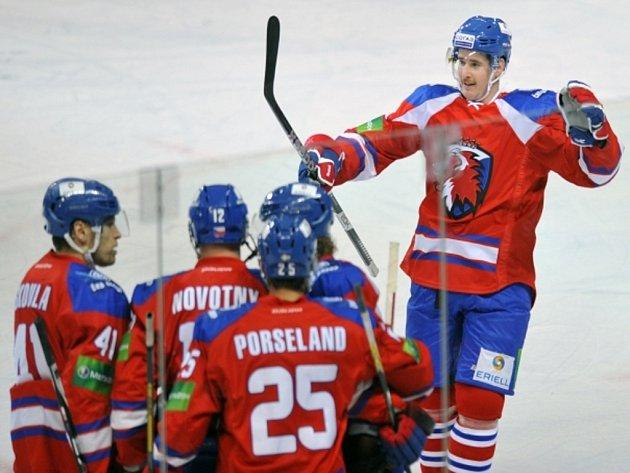 Roman Červenka (vlevo) se raduje s hráči Lva Praha z gólu proti Atlantu.