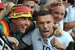 Lukas Podolski s fanoušky.