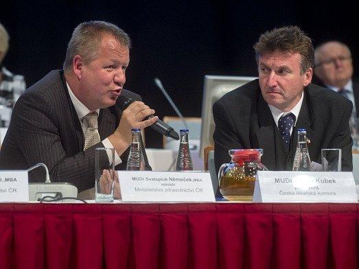 Ministr zdravotnictví Svatopluk Němeček (vlevo) vystoupil 22. listopadu na sjezdu České lékařské komory (ČLK) v Praze. Vpravo na snímku je prezident ČLK Milan Kubek.