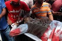 Záchranáři odnášejí raněného po sebevražedném útoku v Pákistánu.