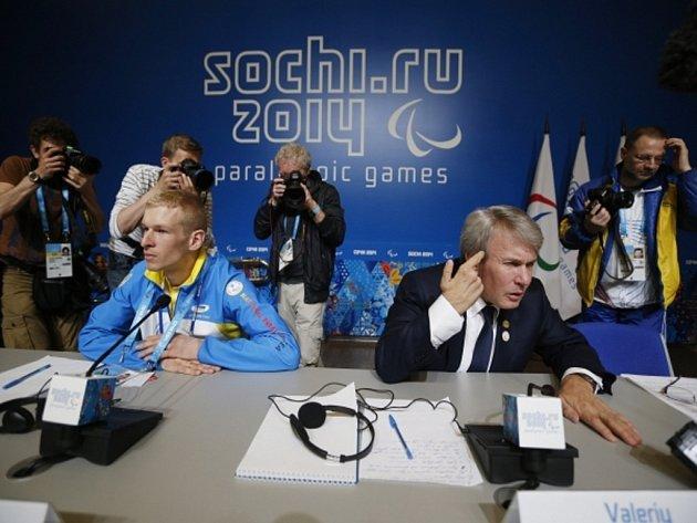 Šéf ukrajinských paralympiků Valerij Šuškevič (vpravo) v Soči.