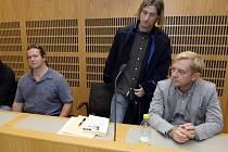 Hlavní líčení s herci Petrem Čtvrtníčkem (vpravo) a Janem Potměšilem (vlevo) kvůli klipu pro Konto Bariéry, ve kterém vystupovali převlečení za handicapované dopravní policisty.