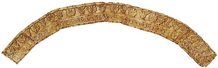 Část čelenky vyrobená ze slitiny obsahující 65 až 70 procent zlata