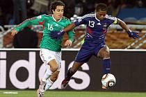 Francouz Patrice Evra uniká Mexičanovi Juarezovi.