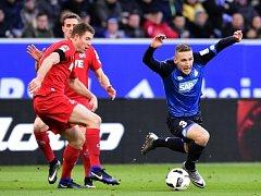 Pavel Kadeřábek z Hoffenheimu (v tmavém) v utkání proti Kolínu.
