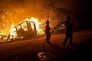 Kalifornii sužují mohutné požáry.