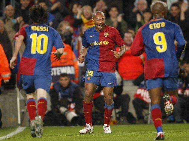 Fotbalisté Barcelony Thierry Henry (uprostřed), Leo Messi (vlevo) a Samuel Eto'o se radují ve čtvrtfinále Ligy mistrů.