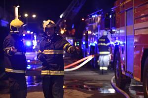 Zasahující hasiči - ilustrační foto.