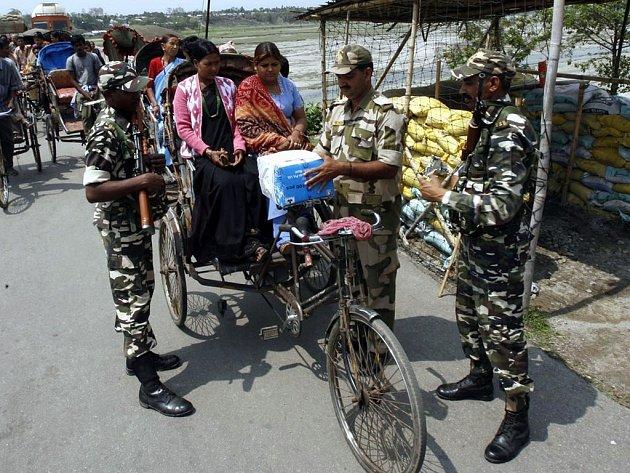 Indičtí vojáci provádějí kontrolu na hranicích s Nepálem.