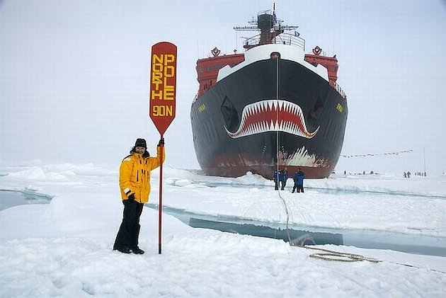 Markéta Jiroušková pózuje u ledoborce, který ji dovezl poblíž severnmího pólu