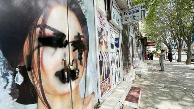 Zamalované ženské tváře na salonech krásy v Kábulu.