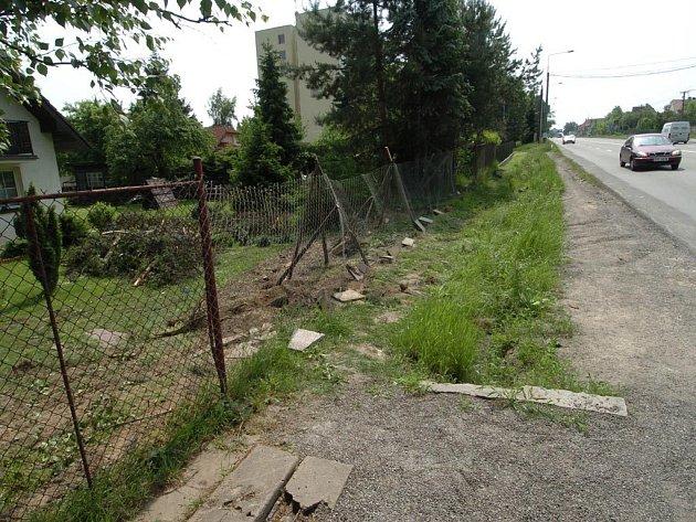 PO NEHODĚ. Takovou spoušť způsobil řidič autobusu, kerý havaroval na ulici PLzeńské v Ostravě.