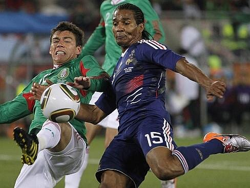 Mexičan Hector Moreno bojuje o míč s Francouze Maloudou.