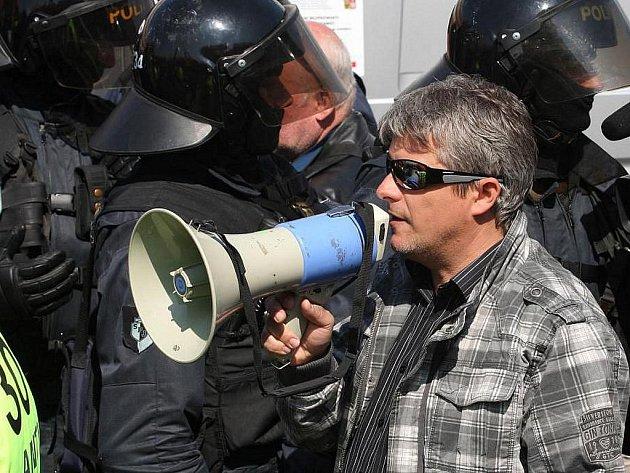 Starosta plzeňského třetího městského obvodu Jiří Strobach vyzval radikály k rozchodu jen chvíli po tom, co vyšli od Plazy.