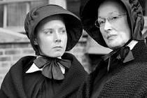 . Amy Adamsová a Meryl Streepová jako sestry James a Aloysius.