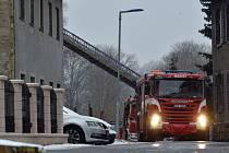 Hasičské vozy stojí 19. ledna 2020 před domem pro postižené ve Vejprtech na Chomutovsku, kde ve stejný den při tragickém požáru zemřelo osm lidí. Dalších 30 museli záchranáři ošetřit