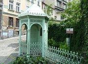 Studna tří bratří. Podle legendy město v roce 810 založili na místě svého šťastného setkání u pramene bratři Bolek, Lešek a Těšek, synové knížete Leška.