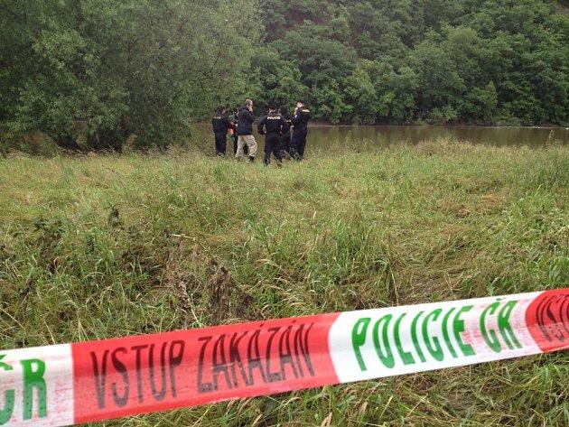 Policie dnes ráno vytáhla mrtvého muže z Berounky v Černošicích u Prahy.
