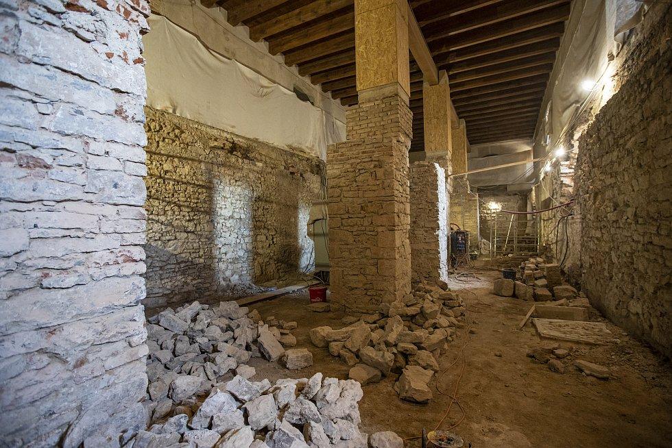 Suterén Císařského paláce. V 19. století byl zavezen sutí, v druhé polovině 20. století byla suť vytěžena a vznikly zde toalety pro návštěvníky. Při rekonstrukci bude nahrazen železobetonový strop ze 70. let za dřevěný plochý a trámový strop.