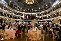 Ples v Opeře, který se konal ze soboty na dnešek, v historické budově Státní opery v Praze zahájily violoncellistka Terezie Kovalová a zpěvačka Tonya Gravesová hudbou z příběhů Jamese Bonda.