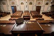 Rekonstruovaný hlavní sál Poslanecké sněmovny před prvním zasedání po volbách 15. listopadu v Praze. Na snímku pohled z předsednického místa.