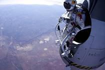 Rakušan Felix Baumgartner, který je známý svými seskoky z extrémních výšek.