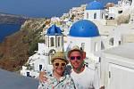 Registrovaný manželský pár Robert Zauer (40 let) a Tomáš Kavalec (38 let) z Teplic, selfíčka z cestování po světě. Na ostrově snů Santorini.