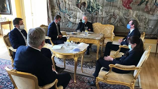 Předání roušek diplomatům se zúčastnili také ministr zahraničí ČR Tomáš Petříček, apoštolský nuncius Mons. Charles D. Balvo a člen představenstva bpd partners Miroslav Tvrzník.