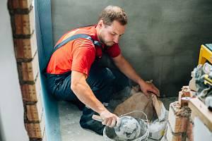 Po odstranění příčiny navlhání zdí, což může být porušené potrubí, lze na ně dát sanační omítky.