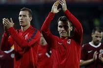 Kapitán David Lafata (uprostřed) a další sparťané děkují fanouškům za podporu po utkání proti Zwolle.