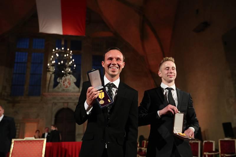 Předávání státních vyznamenání 28. října na Pražském hradě. Libor Podmol (vlevo) a David Michajlak.