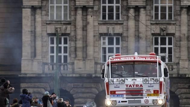 Legendární Tatra 815 vyrazila od pražského Rudolfina na expedici Sen o Dakaru s Karlem Lopraisem