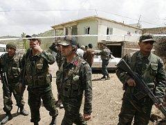 Turečtí vojáci střeží dům ve vesnici Bilge, kde došlo k masakru svatebčanů.