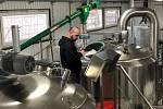 Sládek piva obou značek pečlivě kontroluje