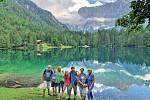 S partou turistů bez rozdílu věku u italských jezer Fusine.