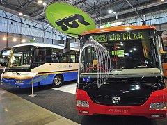 Autobus na elektřinu (vlevo) i na hybridní pohon (vpravo) kombinující elektromotor a dieselový motor vyvinula společnost SOR Libchavy.