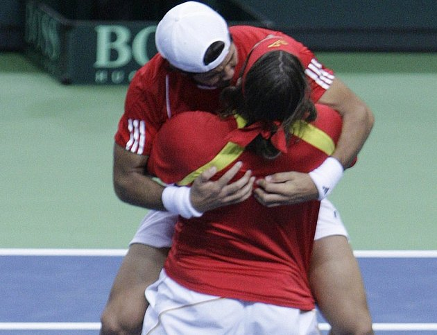 Feliciano Lopez a Fernando Verdasco se radují, Španělsko vyhrálo v Německu.