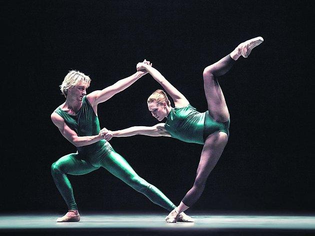 STŘEDNÍ ČÁST. Michal Štípa a Nikola Márová v části In The Middle Somewhat Elevated od choreografa Williama Forsythea.