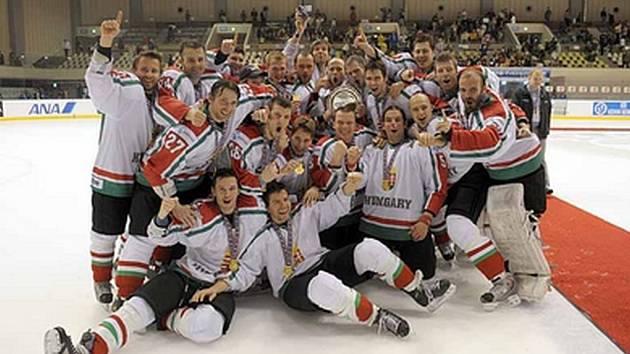 Hokejisté Maďarska se radují z vítězství v divizi I hokejového MS a z postupu mezi elitu.