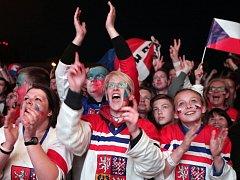 Čeští hokejoví fanoušci ve Fanzóně u O2 areny.