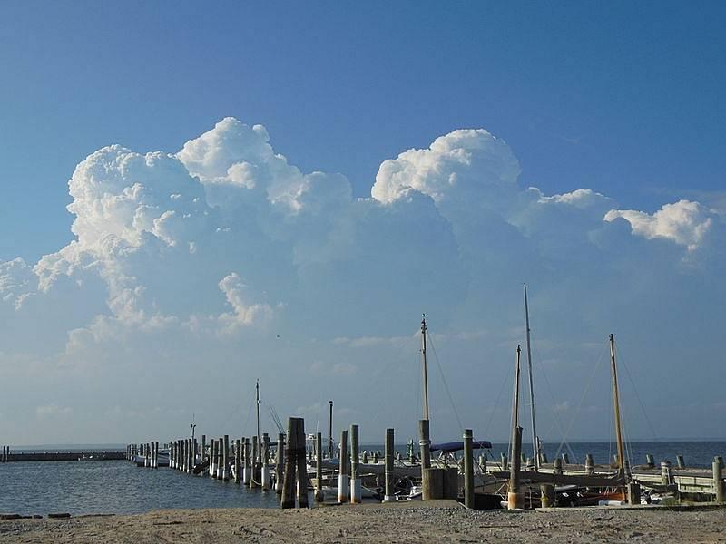 Jedno z přístavišť na newyorském Long Islandu. Z podobného odplouvají i loďky majitelů domů na Oak Islandu. Jejich přístaviště je veřejnosti nepřístupné.