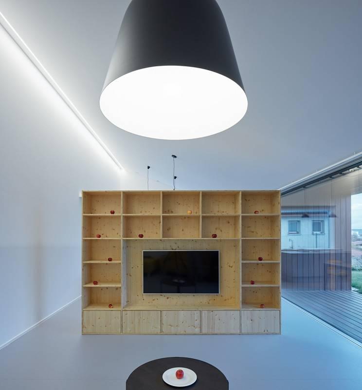 Kuchyň, jídelnu a obývák od sebe oddělují jen vložené nábytkové prvky.