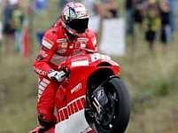 Němec Alex Hofmann na Ducati zdraví své fanoušky na Masarykově okruhu. Letos bude v Brně chybět.