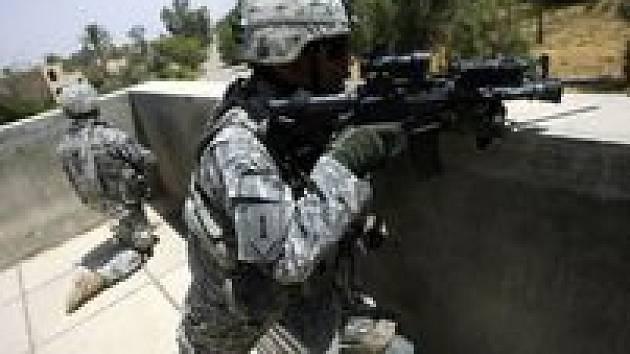 Američtí vojáci v pohotovosti u silnice poblíž šíitského posvátného města Karbalá.