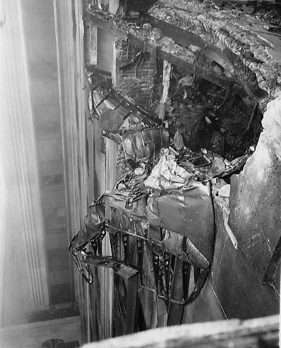 Bombardér se zaryl do pláště budovy a vytvořil v ní díru velkou 5,5 krát 6,1 metru