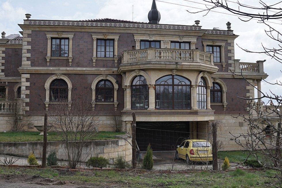 V současnosti se tam žádné hýření ve stylu Gatsbyho nekoná, před domem parkuje levná škodovka a obyvatelná je jen část rezidence.