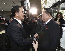 Zástupce Jižní Koreje Cho Myoung-gyon (vlevo) a zástupce KLDR Ri Son Gwon (vpravo).