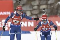 Gabriela Soukalová (vlevo) a Veronika Vítková ve stříbrné štafetě SP v Anterselvě.