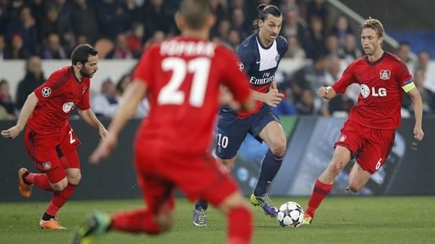 Zlatan Ibrahimovic z Paris Saint Germain (uprostřed) školí hráče Leverkusenu.